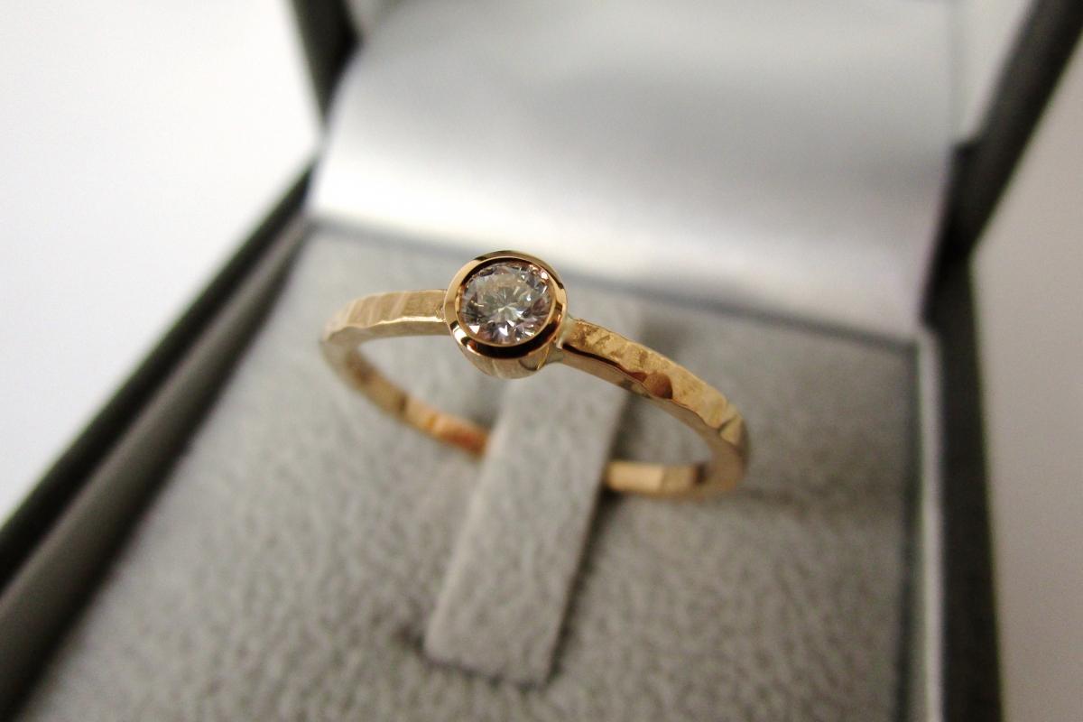 Ring Verlobungsring Solitar 21kt Gelbgold Brillant gehämmert Etui  - Wien